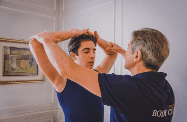 Metodi e tecniche per migliorare l'impostazione di braccia e spalle